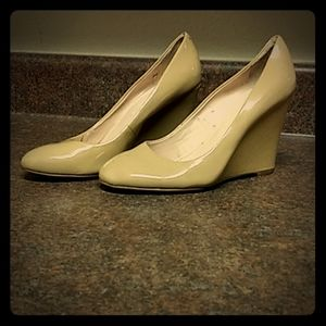 BANANA REPUBLIC tan patent leather wedge heels